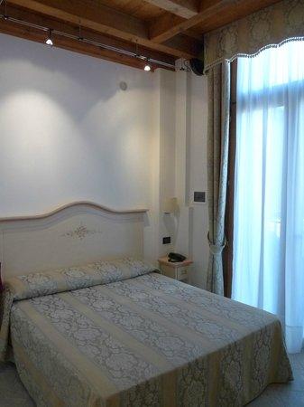 Hotel Conterie: Camera rosa letto e porta-finestra con balconcino