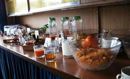 Gaestehaus am Berg: breakfast spread 3