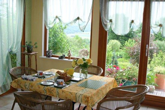 L'Abri-Cotier : La salle à manger , spacieuse et lumineuse.