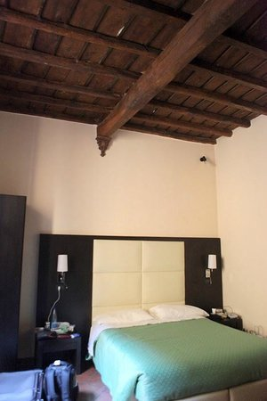 إن آند آوت بياتزا نافونا: Nice room & authentic balks))
