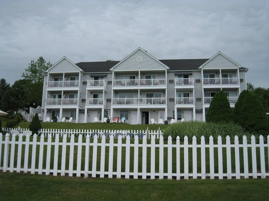 Strawberry Hill Seaside Inn: View of the Inn from the pool and lawn area