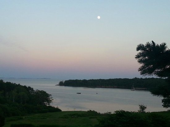 Strawberry Hill Seaside Inn : Sunset with full moon over bay