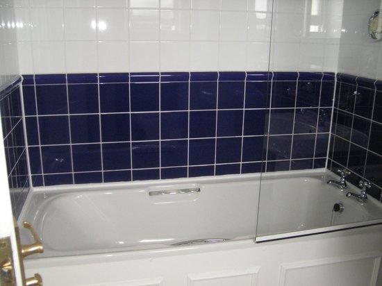 Celtic Royal Hotel: guestroom bath