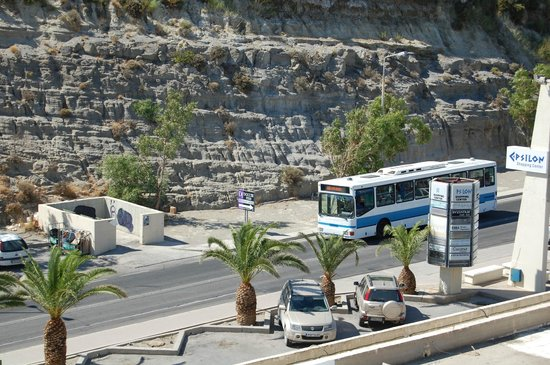 Ammades Epsilon Apartments : The bus stops right next to the hotel