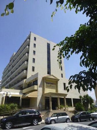 Kapetanios Odyssia: View Front Of Hotel