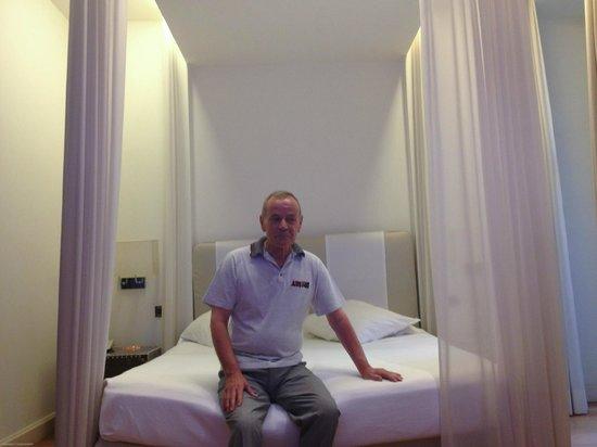 Isa Hotel: Modern Room (Room 201)