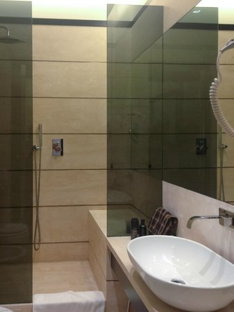 Isa Hotel: Modern Bathroom (Room 201)