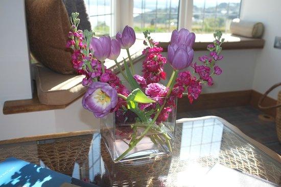 Beachcroft Coastal Retreat : Lounge -Fresh Flowers
