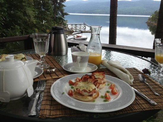 Tranquility Bay Waterfront Inn: Our breakfast on one of the many decks