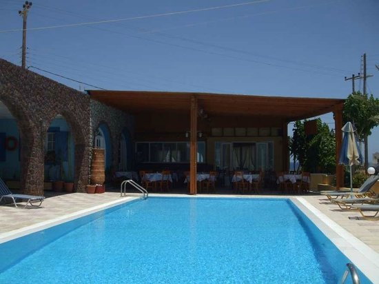 Dimitris Villas : Pool and pool bar/restaurant...  a lovely quiet setting for a swim or a meal..