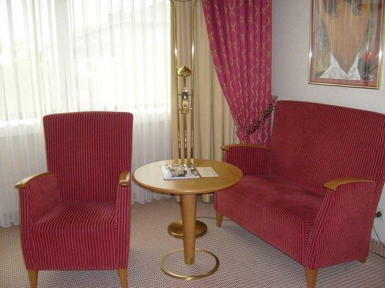 Sheraton Essen Hotel : le salon dans la chambre