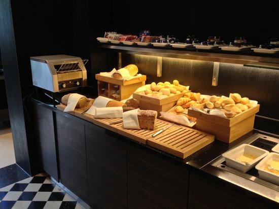 Hilton The Hague: Breakfast buffet Restaurant Pearl