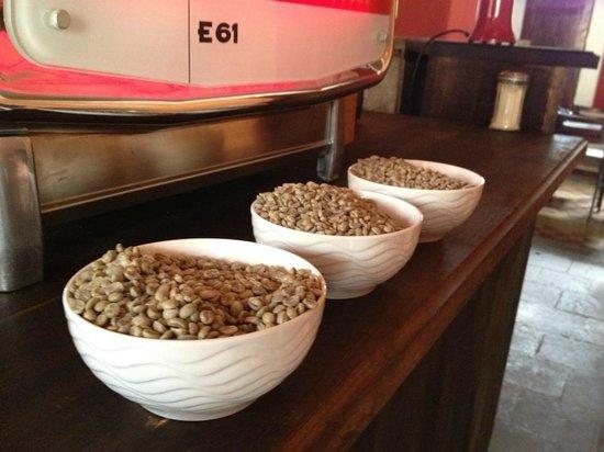 Tretto Caffe: Green beans next to the Faema 61