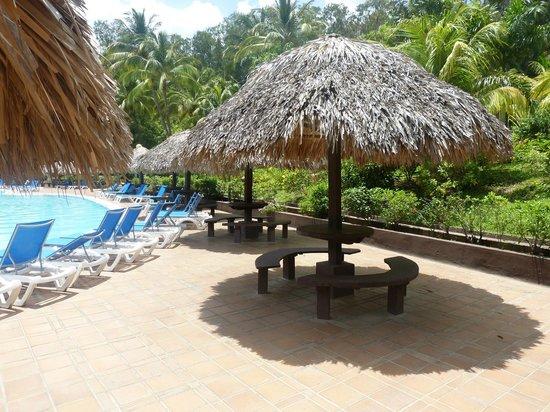 Barcelo Montelimar Beach: Parasol à la piscine