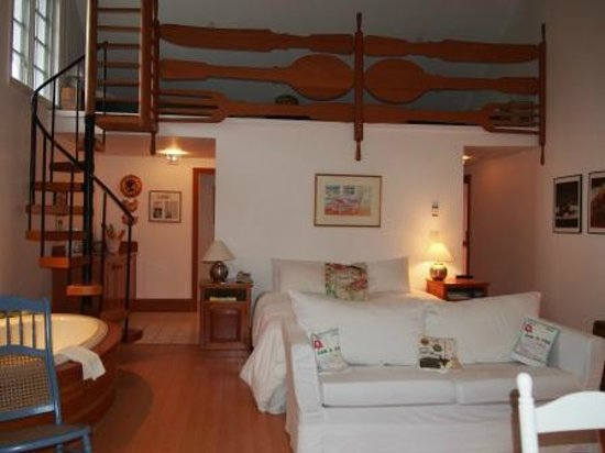 Sooke Harbour House Resort Hotel: Room 28 - Chef's Study - Room with Guest with Pets