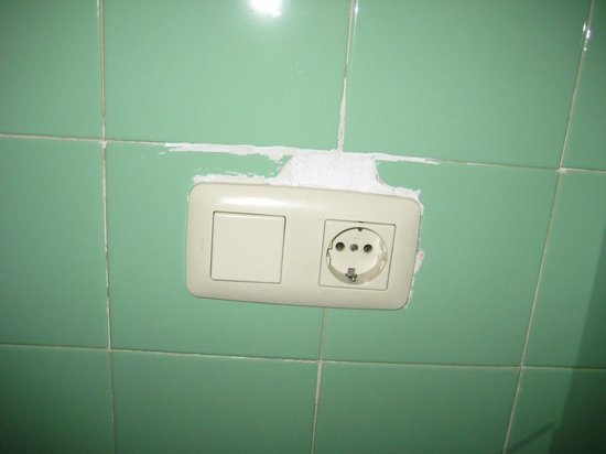 Hotel Yola: Switch and old tiles in bathroom