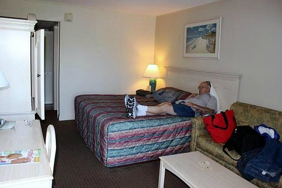 Beach View Motel: Within minutes, hubby made himself quite at home!