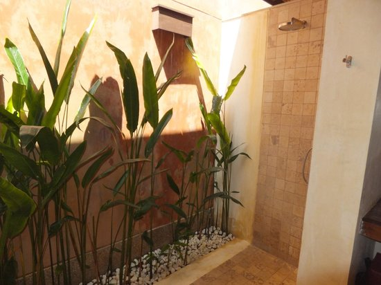 Alanta Villa: Indoors/Outdoors Bathroom