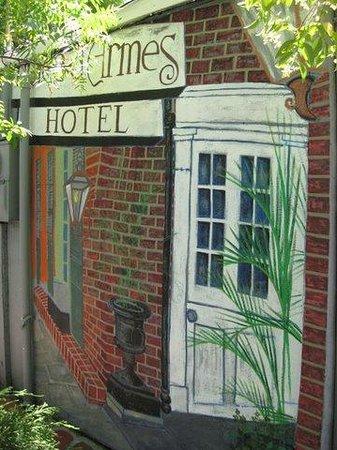 Place d'Armes Hotel: Place d'Armes Front Entrance mural