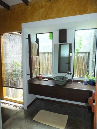 Andalay Boutique Resort: Indoors/Outdoors Bathroom