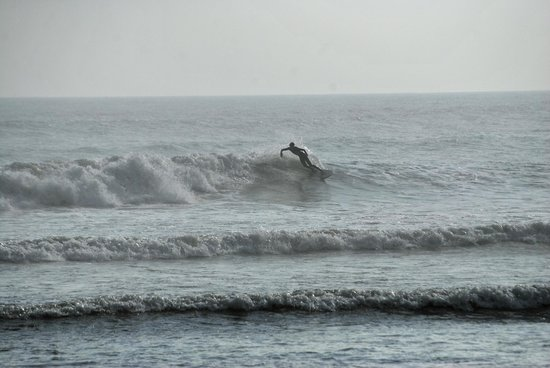 Hostal Cocos Beach: South beach surfing
