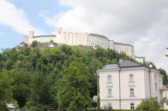 Vinothek Kremslehner: Blick von der Vinothek auf die Festung Hohensalzburg