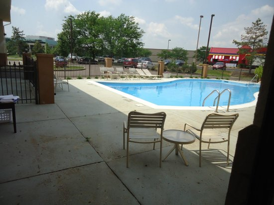 Red Roof Inn & Suites Cincinnati North-Mason: View from room the pool