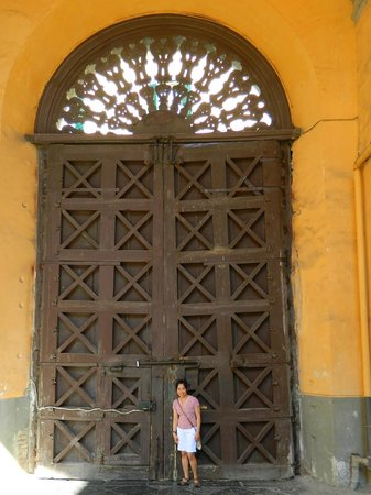 Napoli Suites: The huge main gate