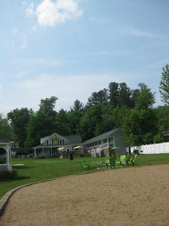 Shore Meadows Motel: motel and beach area