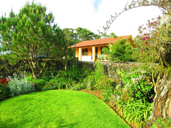 Quinta Das Acacias Rural Accommodations: immaculate grounds