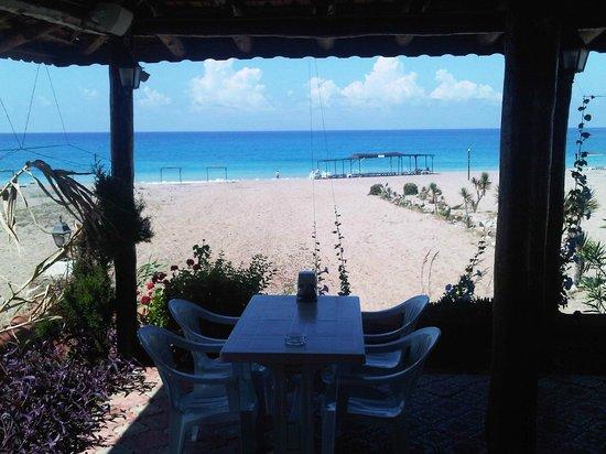 Safak Beach Motel: Açık restorandan  kum deniz güneş...