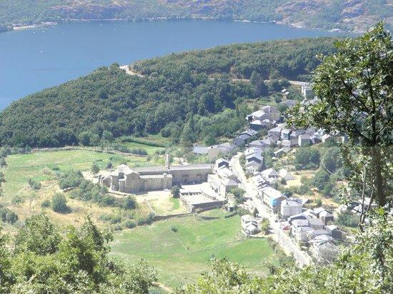 Sanabria Lake Natural Park: San Martin y el lago al fonfo
