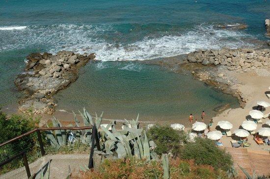 La piscina naturale in spiaggia picture of villaggio - Piscina naturale ...
