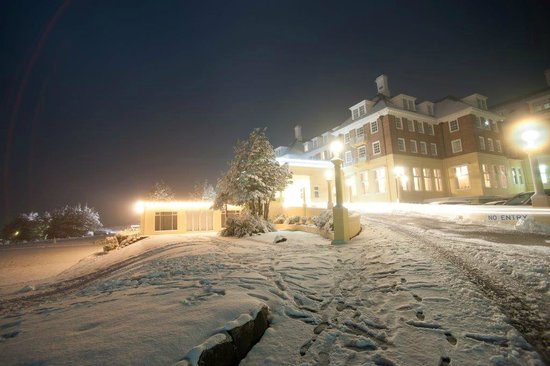 Chateau Tongariro Hotel: Chateau at night, after the snow.