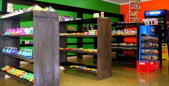 Itumeleng Guest House: shoppe