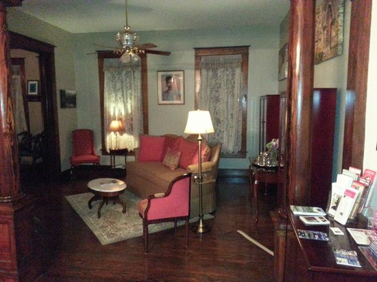 Eva's Escape at the Gardenia Inn: Living Area