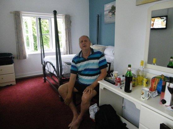 The Cottage Inn: Godt værelse. Der høres rislende vand fra floden udenfor vinduet