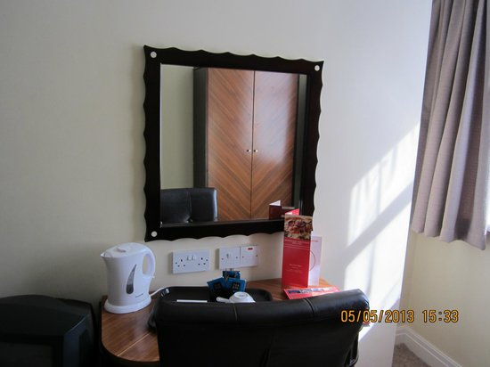 Britannia Country House Hotel & Spa: Mirror reflecting wardrobe opposite with reflection of window.