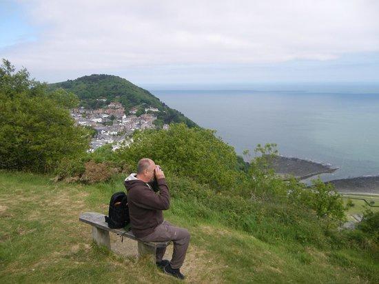Udsigten fra en vandretur fra The Cottage Inn. Byen Lynton øverst og byen Lynmouth nederst..