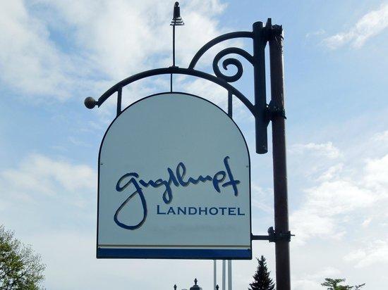 Landhotel Guglhupf: 道路わきのサイン