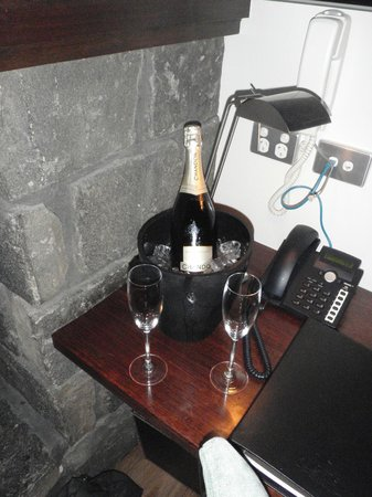 Spicers Peak Lodge: Champagne in our room!