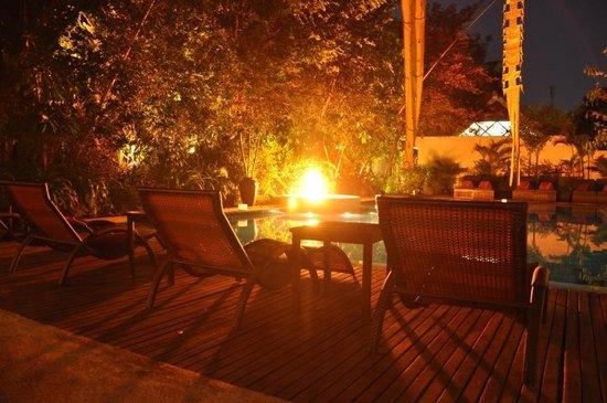 Heritage Suites Hotel: piscine en soirée