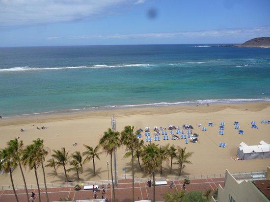 Hotel Reina Isabel: Hotel sunbeds on beach