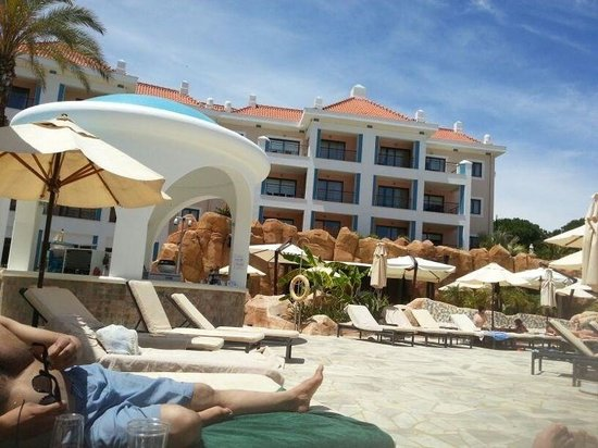 As Cascatas Golf Resort & Spa : Poolside.  Batan