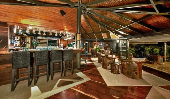 Taveuni Island Resort & Spa: Bar, leading on to Dining area