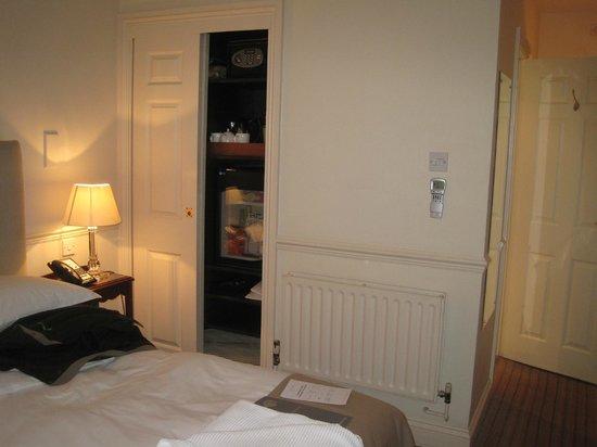 أولد بارسوناج هوتل: Tea, minibar, and closet