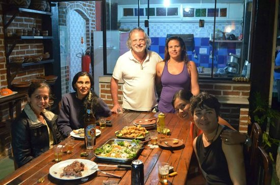 Hostel Villas Boas: Area interna com piscina, redes, mesas... e amigos.