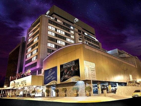 Best Western CPlaza Hotel: VISTA NOCTURNA DEL HOTEL