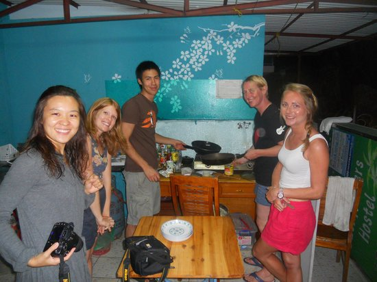 Sanya Sombrero Backpackers Hostel: pancake making
