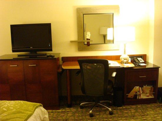 Marriott St. Louis West: Desk area in the room